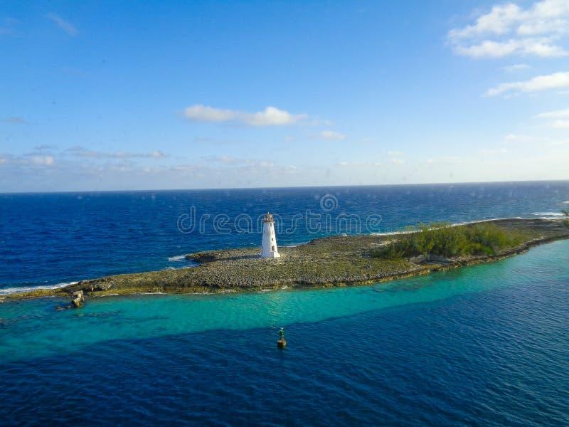 vue gentille vers une île avec le phare image libre de droits
