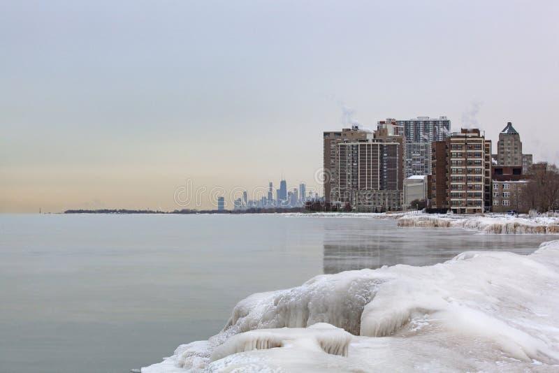 Vue glaciale d'hiver de l'horizon de Chicago de Loyola Pier photographie stock