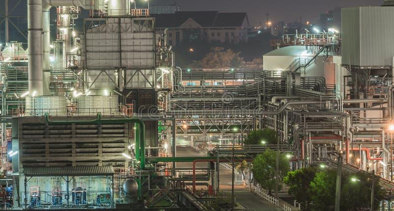 Vue globale d'une raffinerie de pétrole et de gaz, des canalisations et des tours, h image libre de droits