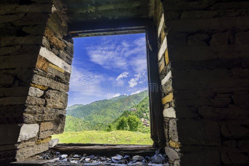 Vue glorieuse de vallée de Janjheli par une fenêtre encadrée en bois photographie stock