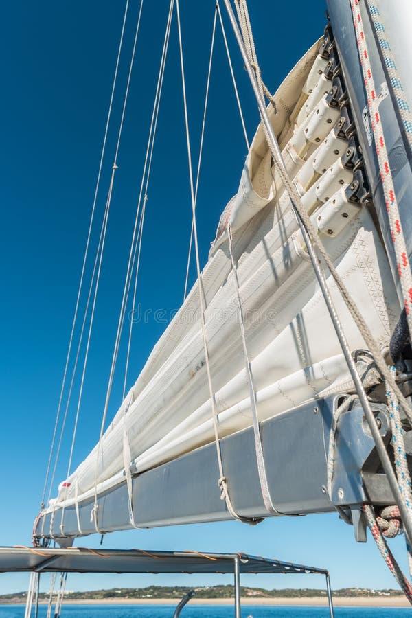 Vue grande-angulaire de bateau à voile en mer photographie stock
