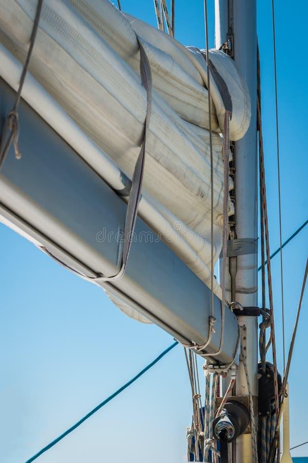 Vue grande-angulaire de bateau à voile en mer photo libre de droits