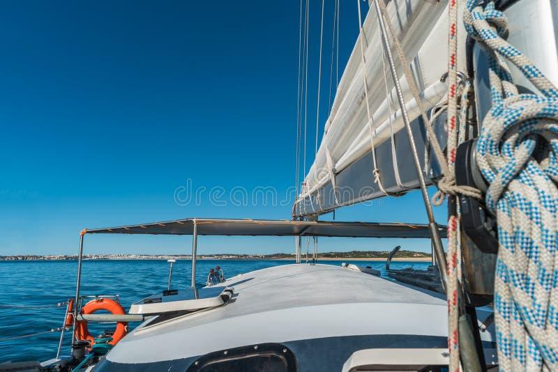 Vue grande-angulaire de bateau à voile en mer photos stock