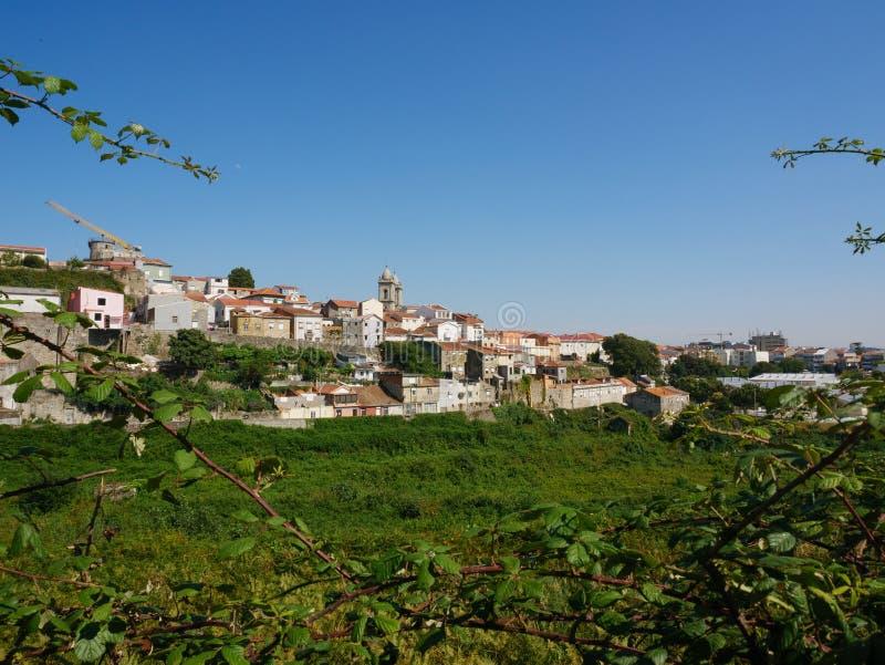 Vue grande-angulaire de paysage urbain de Porto, Portugal, avec l'église de Lapa évidente dans la distance photo libre de droits
