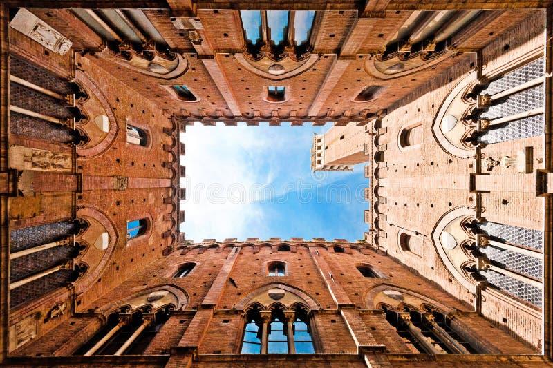 Vue grande-angulaire de Torre del Mangia, Sienne, Italie photographie stock libre de droits
