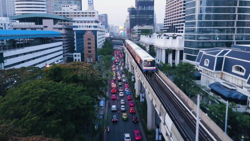 Vue grande-angulaire de train élevé de monorail, passant entre les gratte-ciel dans le secteur financier de Shimbashi Vue de photos stock