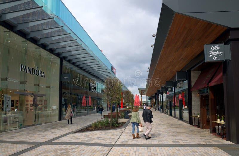 Vue grande-angulaire du centre commercial de lexique dans Bracknell, Angleterre images stock