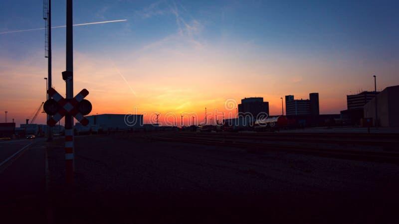 Vue grande-angulaire externe d'entrepôt moderne la nuit photographie stock libre de droits