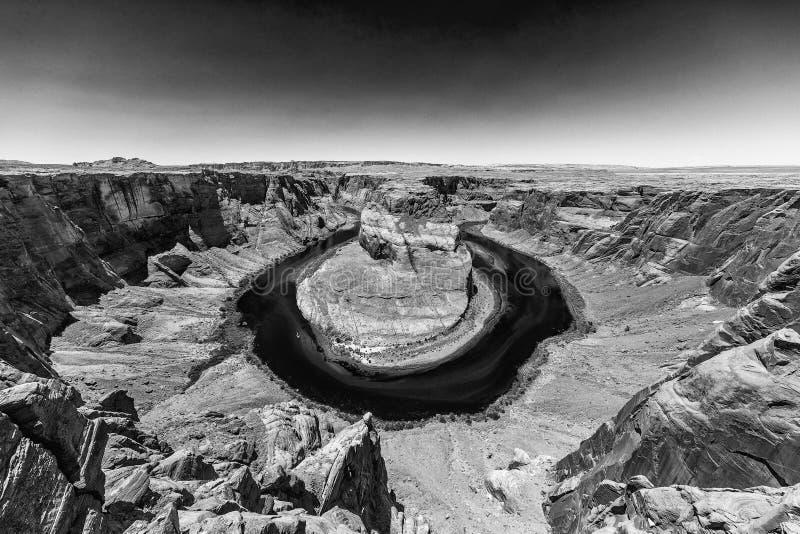 Vue grande-angulaire noire et blanche de la courbure en fer à cheval, page - Arizon images libres de droits