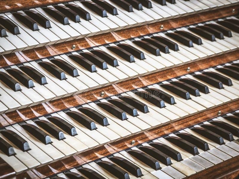 Vue haute étroite d'un organe de tuyau d'église avec quatre claviers image stock