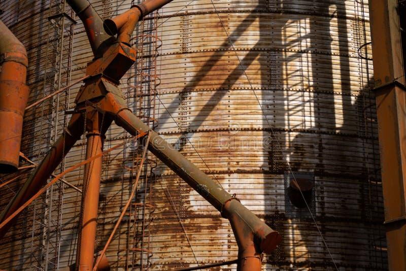 Vue haute étroite d'un vieux silo rouillé employé pour recueillir le maïs M?tal rouill? images libres de droits