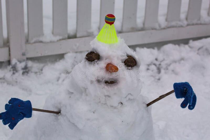 Vue haute étroite de bonhomme de neige drôle Beaux milieux d'hiver photographie stock libre de droits