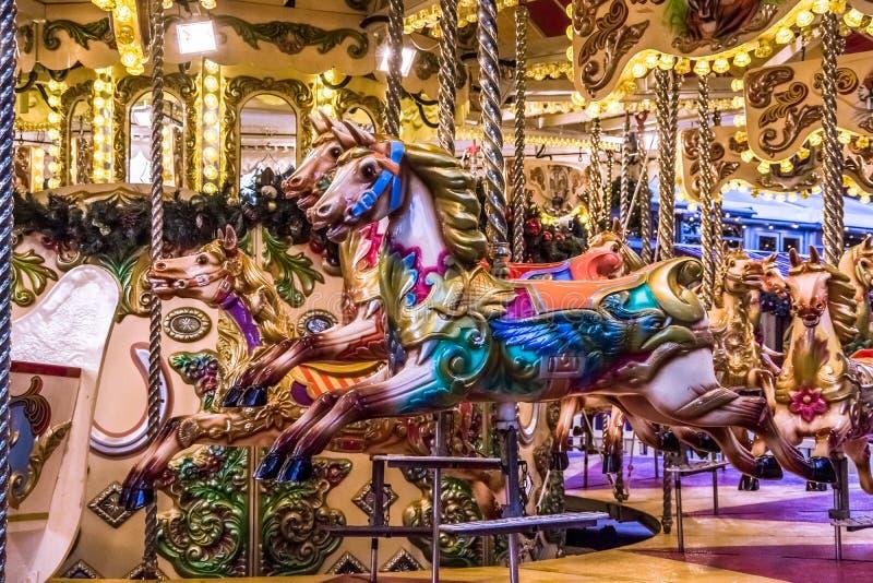 Vue haute étroite de carrousel de manège illuminée la nuit photographie stock libre de droits