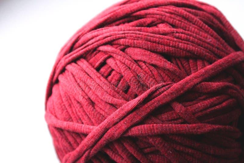 Vue haute étroite de fil rouge de boucle pour le tricotage photographie stock libre de droits