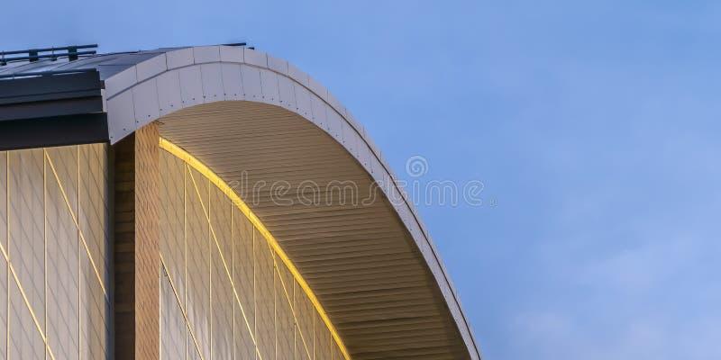 Vue haute étroite de l'extérieur d'un bâtiment avec un toit formé par courbe photographie stock