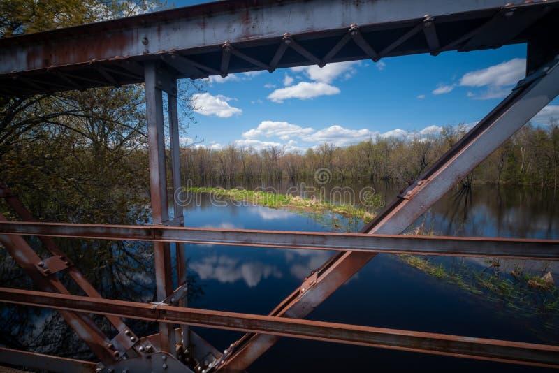 Vue haute étroite de pont au-dessus de la rivière Wisconsin photos stock