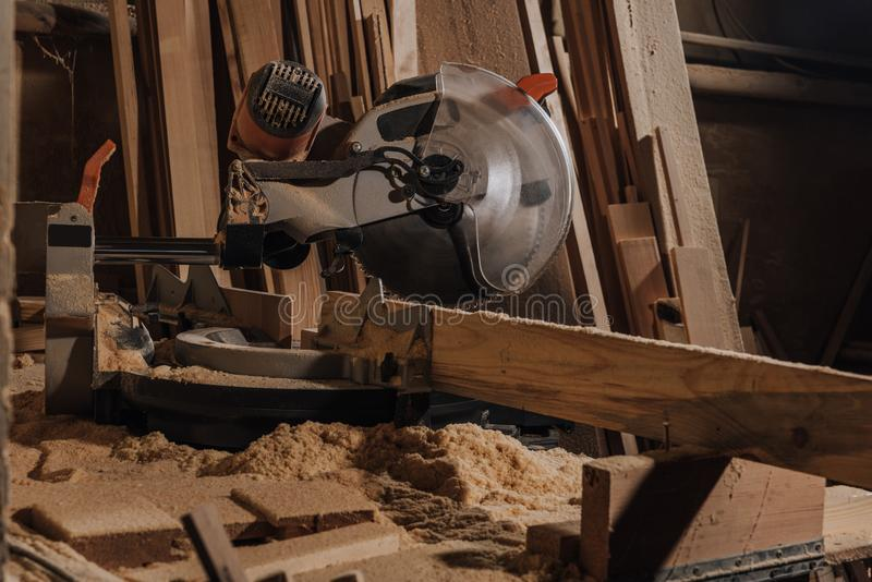 vue haute étroite de scie circulaire et de planches en bois image libre de droits