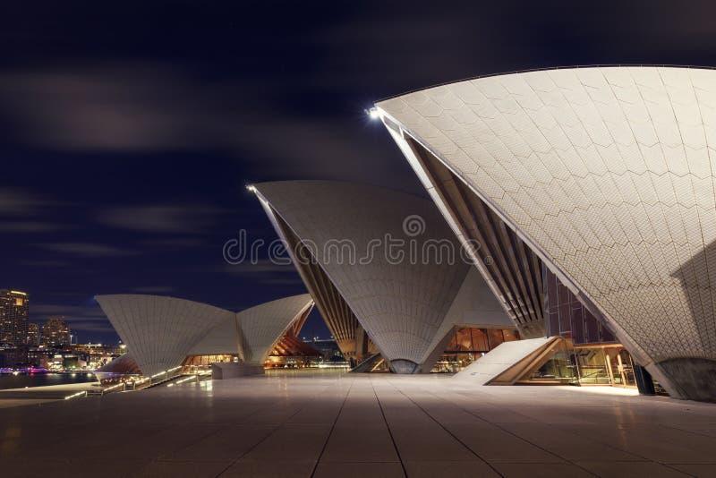 Vue haute étroite de Sydney Opera House iconique la nuit photo stock