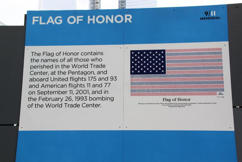 Vue haute étroite de texte au sujet de drapeau d'honneur sur l'enseigne de 9/11 mémorial New York LES Etats-Unis photos stock