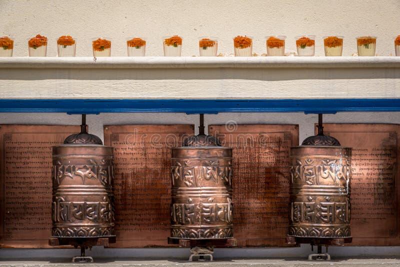 Vue haute étroite de trois roues de prière bouddhistes image stock
