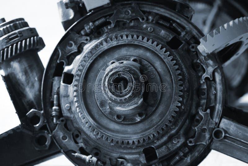 Vue haute étroite de vieille roue de dent de vitesse de moteur image libre de droits
