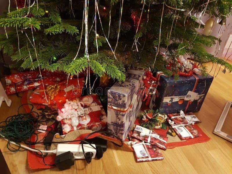 Vue haute étroite des cadeaux de Noël d'abondance sous l'arbre de Noël images libres de droits