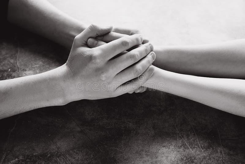 Vue haute étroite des couples tenant des mains pour faire attention et pour s'aider images libres de droits