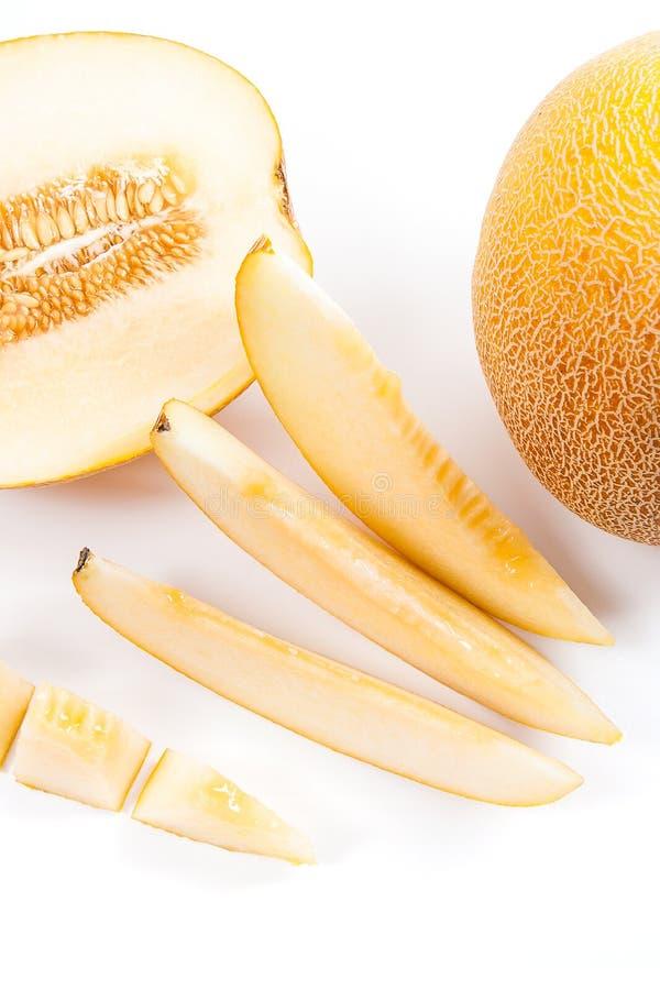 Vue haute étroite du fruit tropical entier, demi et coupé en tranches de melon juteux mûr à l'heure d'été d'isolement photos libres de droits