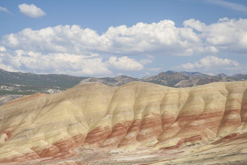 Vue haute étroite peinte de collines photos stock