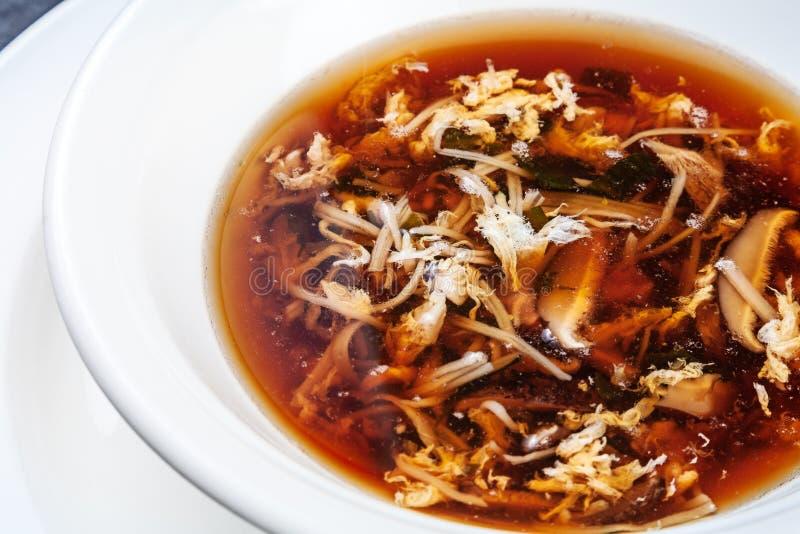 Vue haute étroite sur la soupe fraîche à crabe avec des champignons de shiitaké servis dans la cuvette blanche Fruits de mer sain image stock
