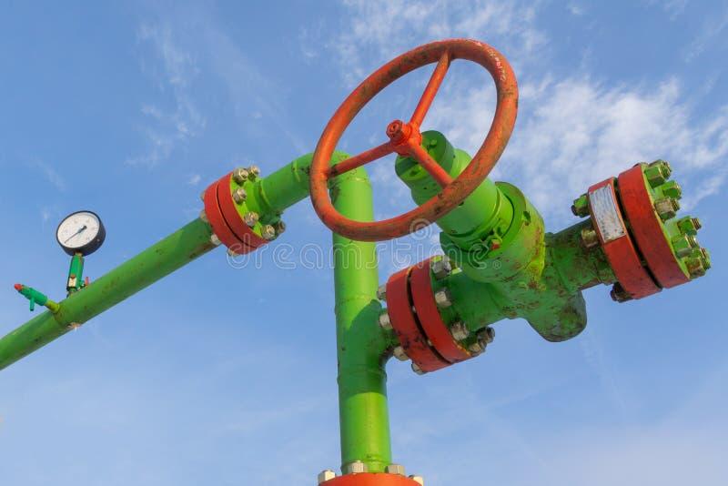 Vue horizontale d'une t?te de puits avec l'armature de valve Concept de p?trole et d'industrie du gaz Valve d'huile avec le bascu photographie stock