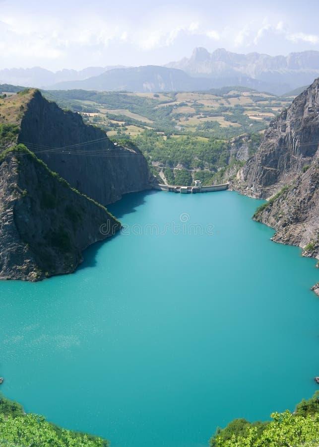 Vue hydraulique de barrage du ciel image stock