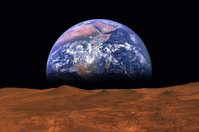 Vue imaginaire de la terre se levant de l'horizon de l'usine Mars photos libres de droits