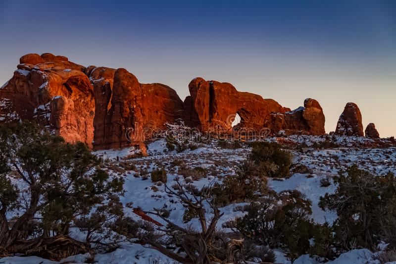 Vue immaculée de coucher du soleil d'hiver de voûte d'horizon avec la neige en parc national de voûtes photo stock