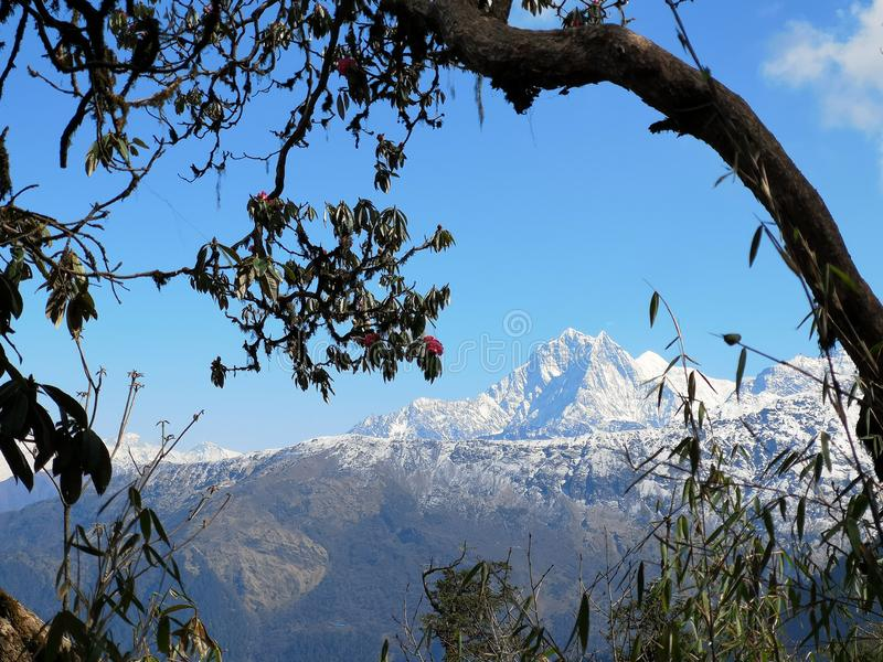 Vue imprenable sur les montagnes de l'Himalaya au Népal images libres de droits