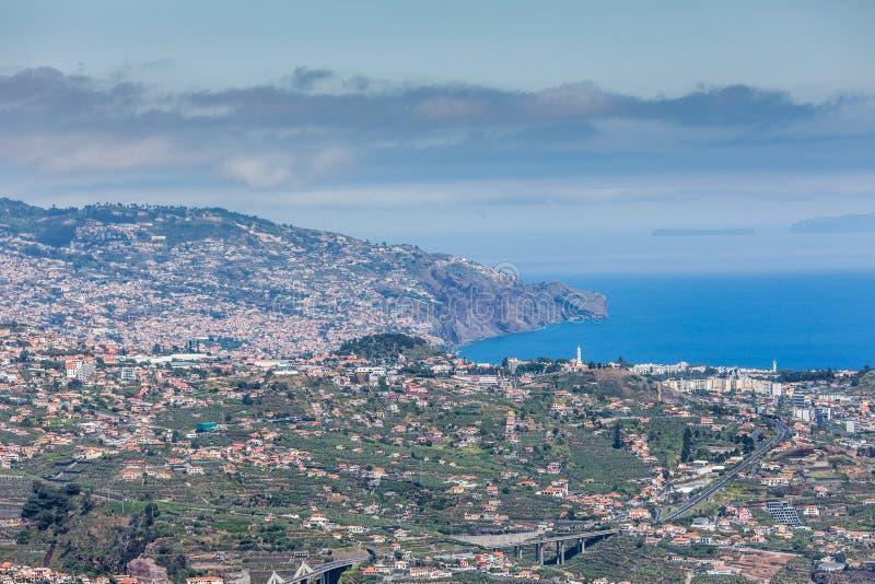 Vue impressionnante de Cabo Girao de montagne de ville Camara de Lobos image libre de droits