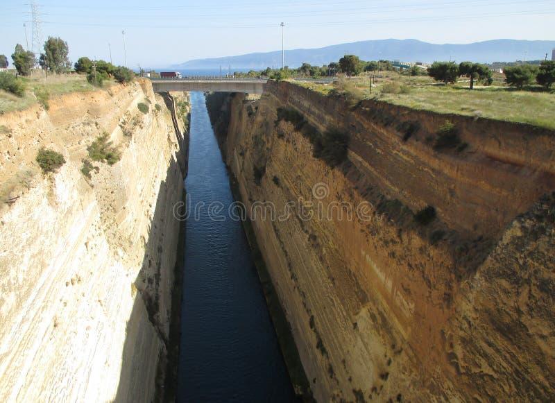 Vue impressionnante de canal célèbre de Corinthe avec le pont en autoroute, Grèce photographie stock
