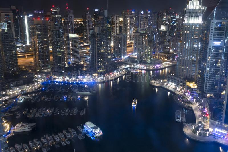 Vue impressionnante de marina de Dubaï par nuit de gratte-ciel image libre de droits