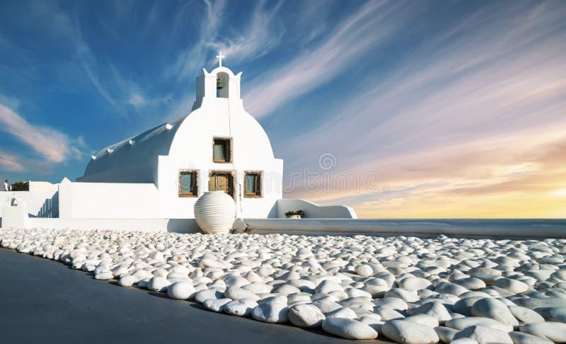 Vue impressionnante de soirée d'île de Santorini Coucher du soleil pittoresque de ressort sur la station de vacances grecque célè image libre de droits