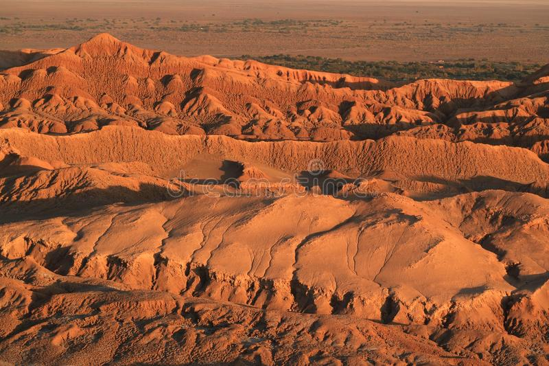 Vue impressionnante la vallée de lune pendant le coucher du soleil, désert d'Atacama, San Pedro Atacama, Chili image stock