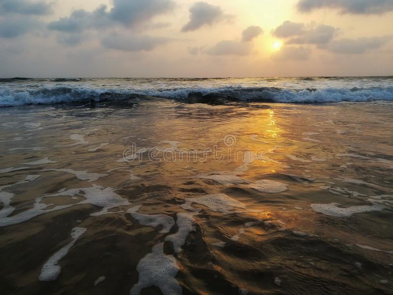 Vue impressionniste des vagues de mer venant avec la vitesse image libre de droits