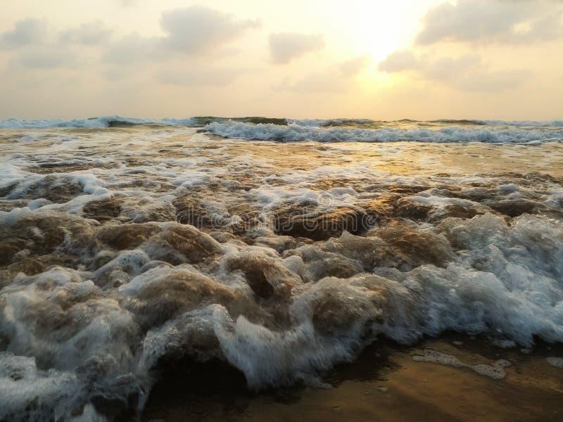 Vue impressionniste des vagues de mer venant avec la vitesse photographie stock