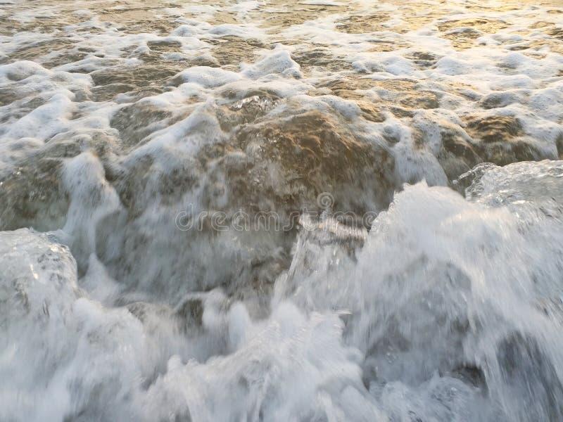 Vue impressionniste des vagues de mer venant avec la vitesse images stock