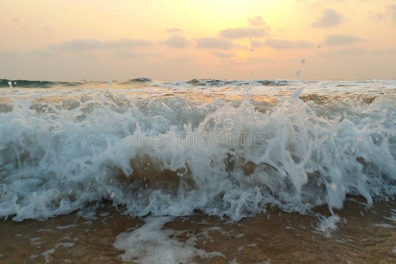 Vue impressionniste des vagues de mer venant avec la vitesse photographie stock libre de droits
