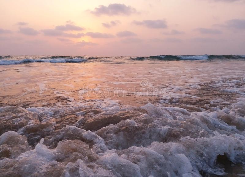 Vue impressionniste des vagues de mer venant avec la vitesse image stock