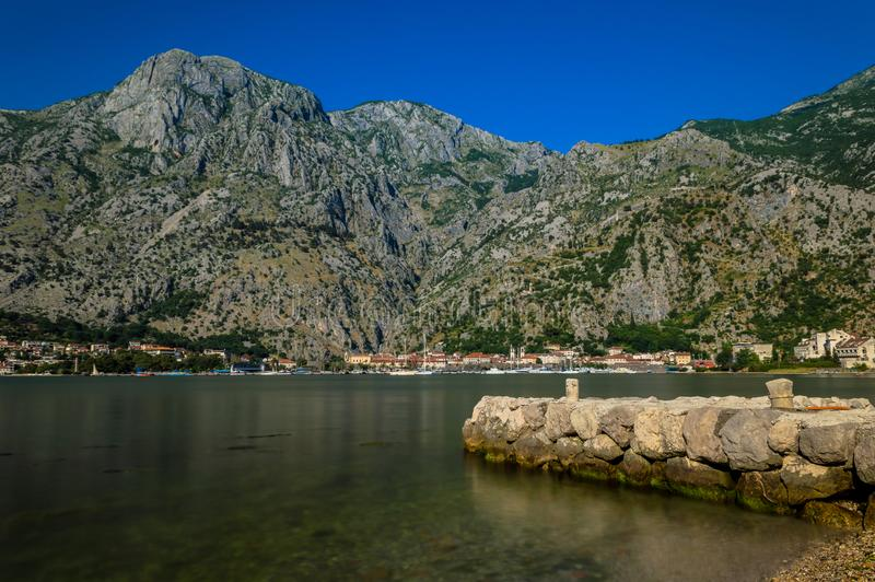 Vue incroyable à travers la baie de Kotor, regardant vers la ville et le château photos libres de droits