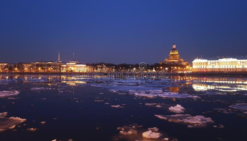 Vue incroyablement belle de la cathédrale de rivière de Neva et de ` s de St Isaac la nuit Illumination des rues et des bâtiments photographie stock libre de droits