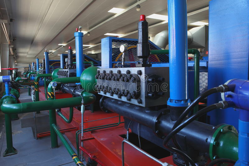 Réservoirs de stockage de pétrole dans une raffinerie photographie stock libre de droits