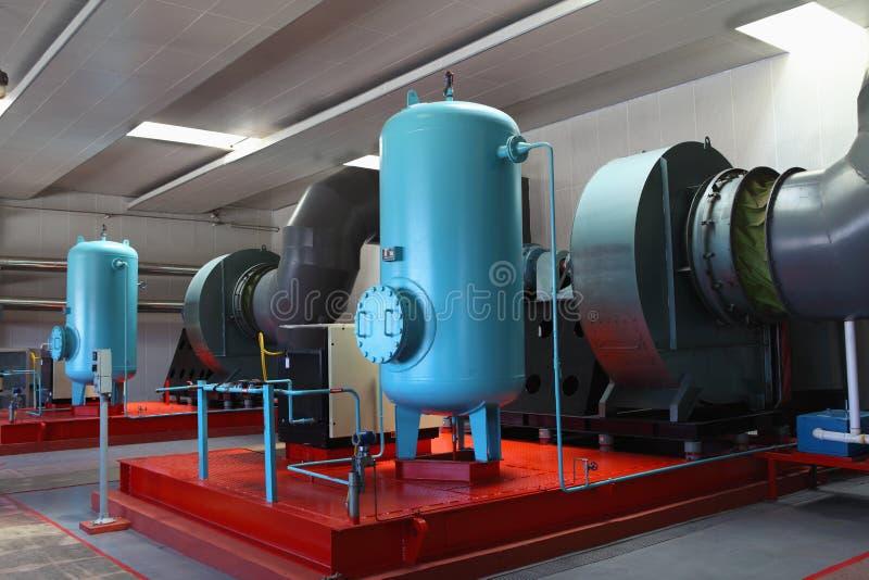Réservoirs de stockage de pétrole dans une raffinerie photos libres de droits