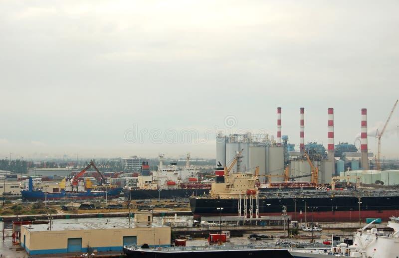 Vue industrielle panoramique de port et d'exécutions de raffinage images stock